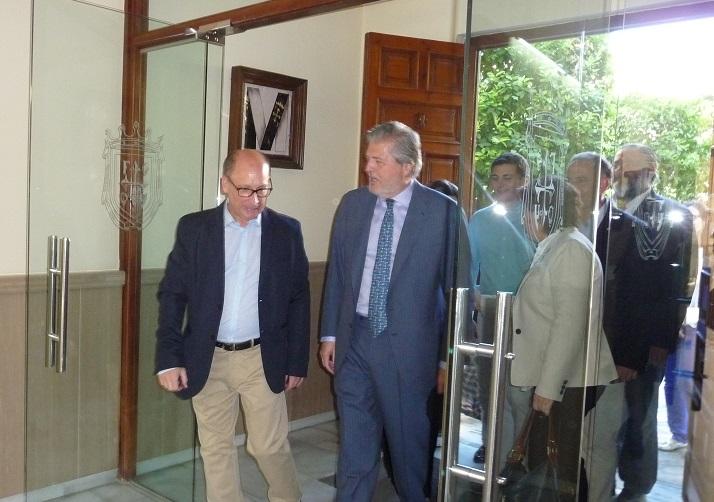 El Ministro de Educación visita el CMU Santa Cruz la Real de Granada.