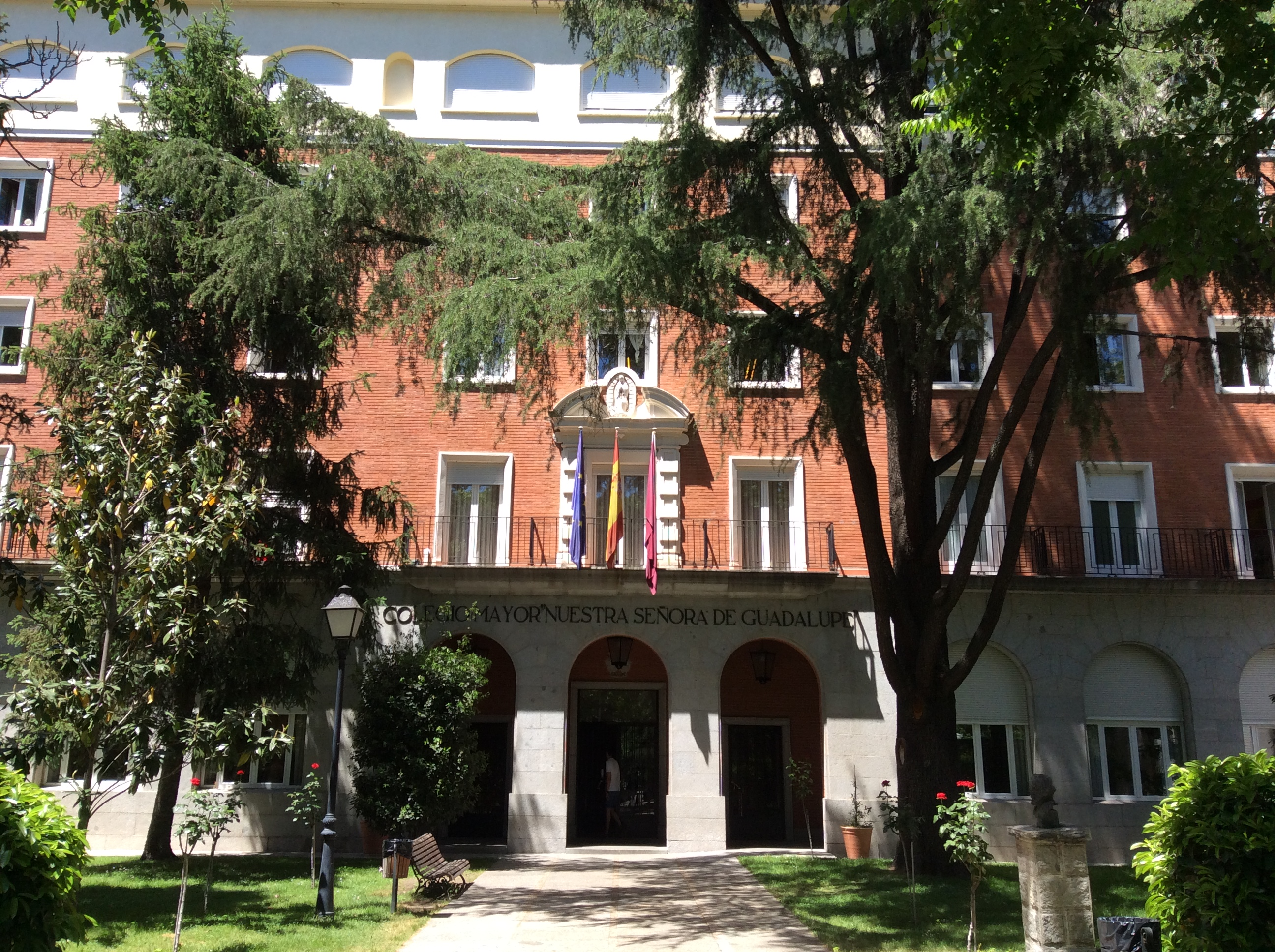 El colegio mayor guadalupe es un centro adscrito a la for Centro asociado de madrid